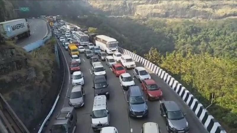 मुंबई-पुणे महामार्गावर अभूतपूर्व कोंडी, पुण्याहून मुंबईकडे येणारी वाहनं थांबवली