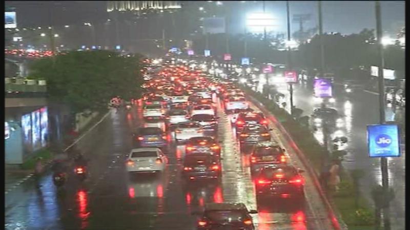 'ओखी' वादळामुळे मुंबईत पाऊस ; मुंबईसह किनारपट्टी भागातील शाळांना उद्या सुट्टी जाहीर