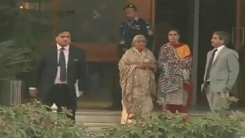 'खुनी मुलाला भेटून कसं वाटतंय?' पाकिस्तानी मीडियाकडून कुलभूषण यांच्या आई आणि पत्नीला असंवेदनशील प्रश्न