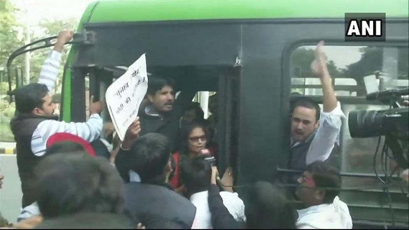दिल्लीत काँग्रेस कार्यकर्त्यांचा निवडणूक आयोगाच्या कार्यालयाला घेराव !