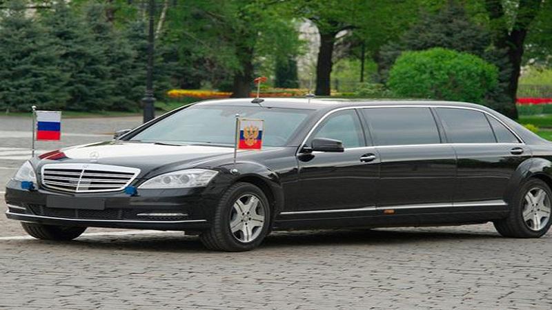 रशिया - रशियन अध्यक्ष व्लादिमिर पुतिन 'मॉडिफाइड मर्सिडीज बेन्झ S600 गार्ड पुलमॅन' ही कार वापरतात.