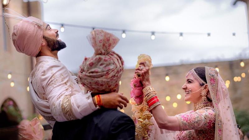 अनुष्का हार घालणार तेच विराटला मित्रांनी घेतलं उचलून, 'विरानुष्का'च्या लग्नाचा व्हिडिओ