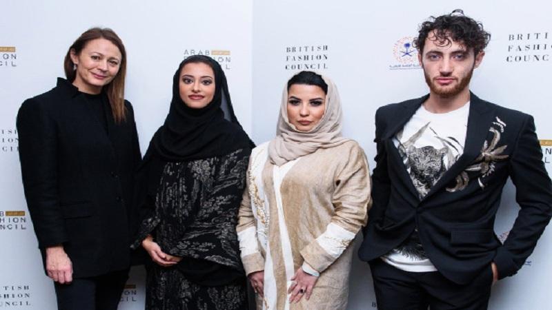 बुरख्याशिवाय रंगतोय सौदीत महिलांचा  पहिला  फॅशन शो!