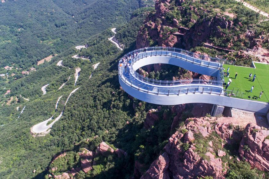 मुंबई, 19 जून : चीनच्या हेनानमध्ये फूक्सी नावाच्या डोंगरावर जगातला सगळ्यात लांब आरशाचा ब्रिज बांधण्यात आला आहे. या ब्रिजचा आकार 'U' सारखा आहे.