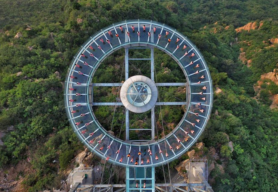 बीजिंगमध्ये बांधलेला हा जगातील सर्वात मोठा काचेचा प्लॅटफॉर्म आहे. ग्रँड कॅनयन स्कायवॉकपासून 11 मीटर लांब आहे.