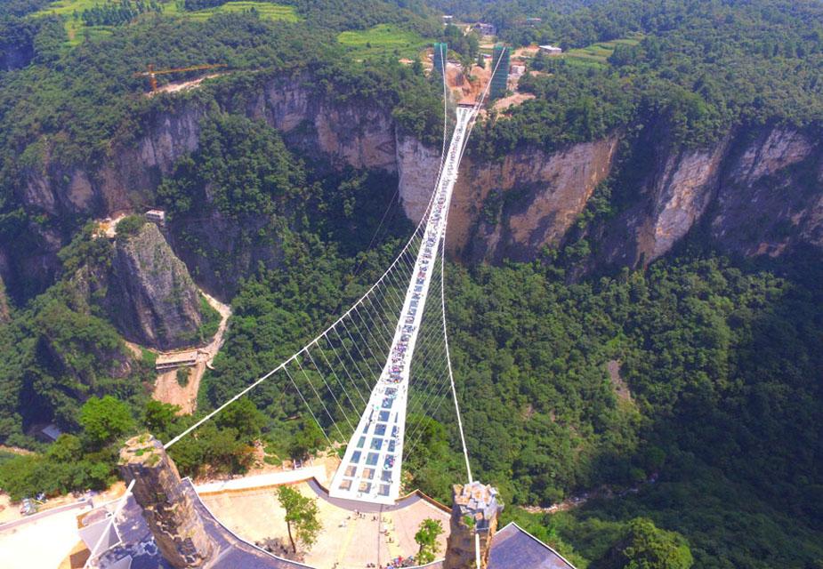 चीनच्या हुनान प्रांतामधील झांगजियाजीमध्ये बांधण्यात येणारा हा जगातील सर्वात लांब आणि उंच काचेचा पूल आहे. हा पूल झांगजियाजीच्या भव्य निसर्गरम्य परिसरात स्थित आहे, ज्याला युनेस्कोचा जागतिक वारसा प्रात्प झाला आहे.