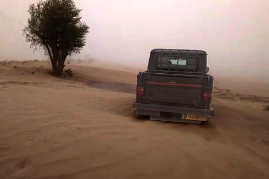 सीमेजवळील गावांची परिस्थीती खूप खराब असून, सीमाचौकीपर्यंत पोहचणंदेखील अवघड झालं आहे.