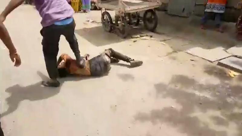 VIDEO :संशयाचं भूत सोलापुरातही!,मुलं चोरण्याच्या संशयातून दोघांना बेदम मारहाण