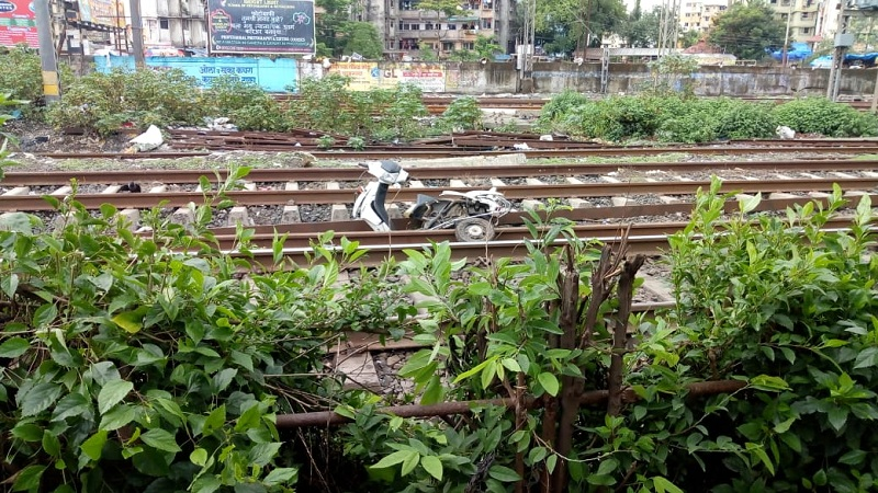 मुंबई, 18 जून : दिव्याहून मुंबईच्या दिशेला येत असलेल्या लोकलने दुचाकीला दिली धडक