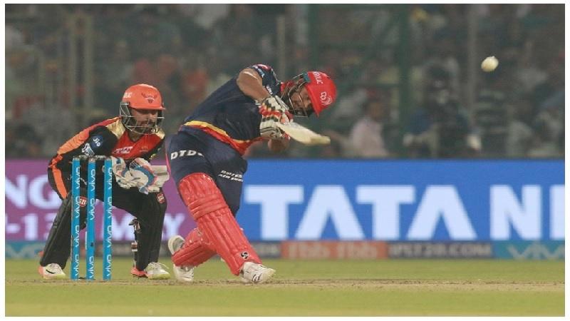 यानंतर ऋषभने 13 ऑक्टोबर 2016 मध्ये चौथ्या रणजी सामन्यात महाराष्ट्राविरुद्ध 308 धावांची खेळी केली होती. ऋषभने या सामन्यात 9 षटकार आणि 42 चौकार लगावले होते. या खेळीनंतर त्याची भारतीय क्रिकेट संघात निवड झाली. आज ऋषभ पंत आयपीएलचा एक स्टार खेळाडू आहे. (छाया सौजन्यः आयपीएल क्रिकेट)