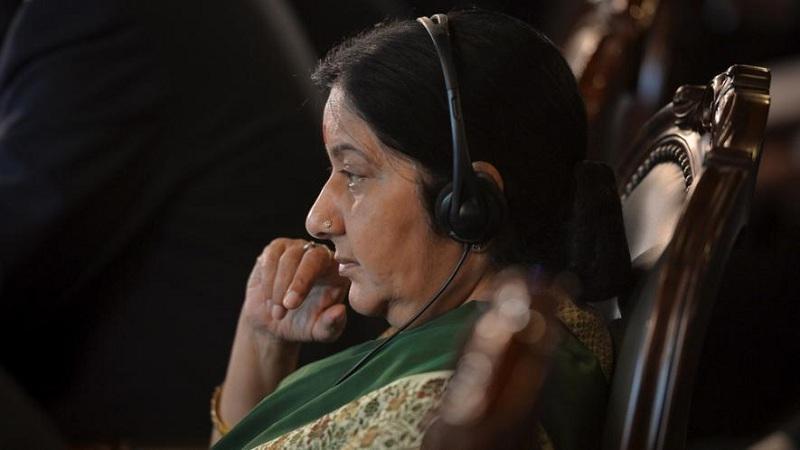 ट्विटर युजर सुषमा स्वराज यांच्या पतीला म्हणाला, 'जेव्हा त्या घरी येतील तेव्हा त्यांना मारा'