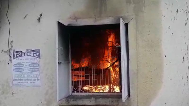 अकोल्यात बँकेत अग्नीतांडव, 8 ते 10 लाख रुपये जळून खाक
