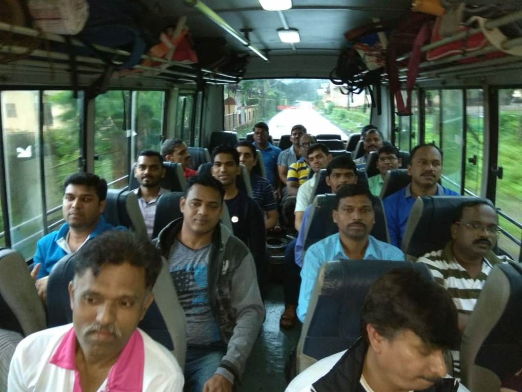 दापालीहून निघालेली ही खासगी बस सकाळी १०.३० वाजताच्या सुमारास रायगड जिल्ह्यातील पोलादपूर-आंबेनळी घाटातून जात होती.