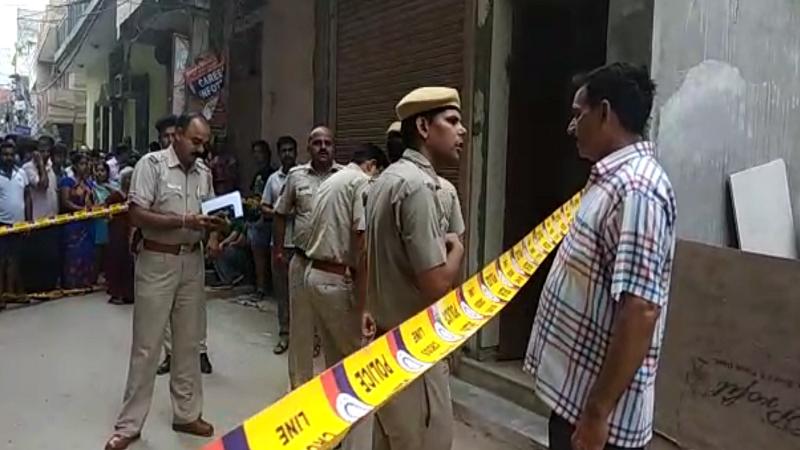 दिल्लीमध्ये लटकलेल्या अवस्थेत सापडले 11 मृतदेह, सगळ्यांच्या डोळ्याला बांधली होती पट्टी