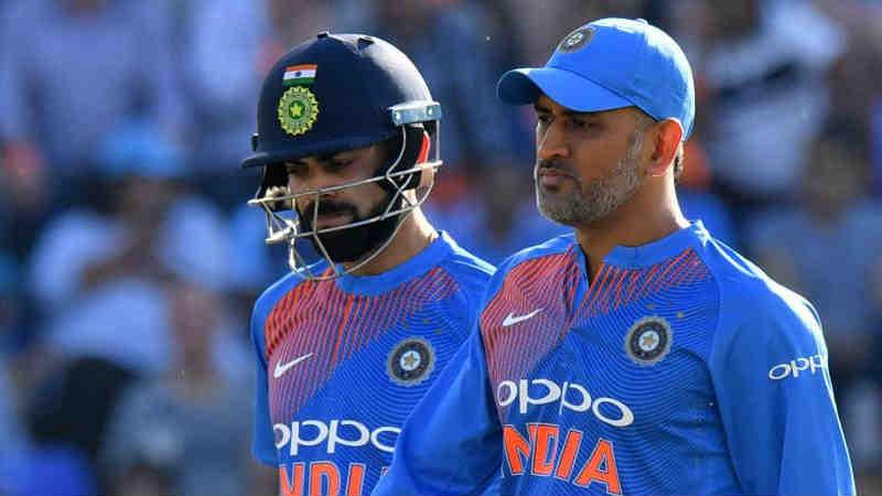 योग्य वेळी कर्णधारपद सोडणे एक यशस्वी कर्णधार असतानाच महेंद्रसिंग धोनीने कर्णधारपद सोडण्याचा निर्णय घेतला. धोनीने एकदिवसीय आणि टी- 20 क्रिकेटच्या कर्णधार पदाचा राजीनामा दिला. धोनी भारताचा असा कर्णधार आहे ज्याने चॅम्पियन्स ट्रॉफी आणि संघाला दोन वर्ल्ड कप जिंकून दिले. 4 जानेवारी 2017 मध्ये धोनीने कर्णधार पद सोडण्याचा निर्णय घेतला.