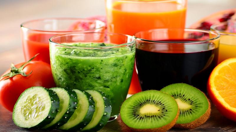 भाज्यांचा जूस – तुम्हाला स्वस्थ राखण्यासाठी आणि तुमचं वजन कमी करण्यीसाठी भाज्यांचा ज्युस देखील अत्यंत लाभदायक आहे. वजन कमी करण्यासाठी हे ऑप्शन तुमच्याकरीचा सर्वात स्वस्त आणि सोपं ठरु शक्तं. भाज्यांचा जूस प्यायल्यानंतर तुम्हाला बराचवेळ तुमचे पोट भरलेलं आहे असे जाणवत राहील. वेजिटबल जूस तयार करण्यासाठी तुम्ही गांजर, आवळ्याचा वापर करु शक्ता.