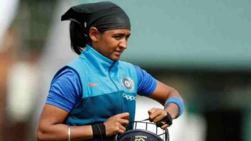 भारतीय महिला टी- 20 टीमची कर्णधार हरमनप्रीत कौरला एक मोठा झटका बसला आहे. पंजाब पोलिसांनी हरमनप्रीत कौरला दिलेली डीएसपीची रँक आता काढून घेतली आहे.