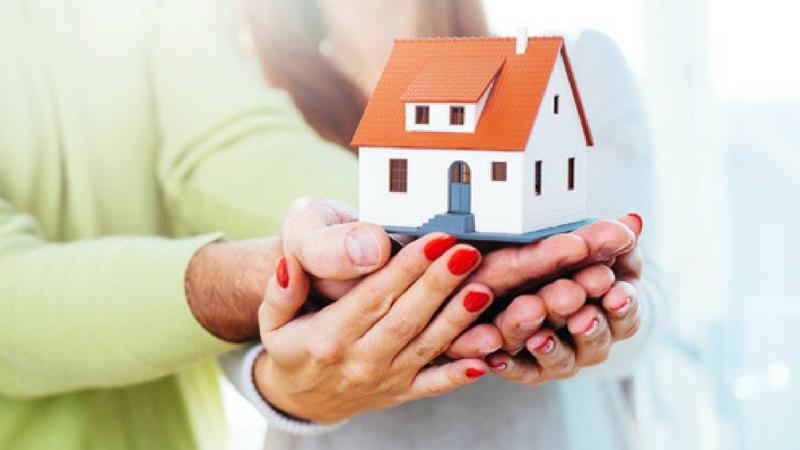 जेव्हा एखादा मध्यमवर्गीय माणूस घर घेण्याचा विचार करतो तेव्हा तो आयुष्याची सर्व जमापूंजी घर खरेदी करण्यात लावतो. निवृत्तीनंतर जमवलेली रक्कम तो घर बांधणीमध्येच लावतो. त्यातही तुम्ही खासगी कंपनीत कामाला आहात तर पेन्शनची चिंता नेहमीच सतावत असते.