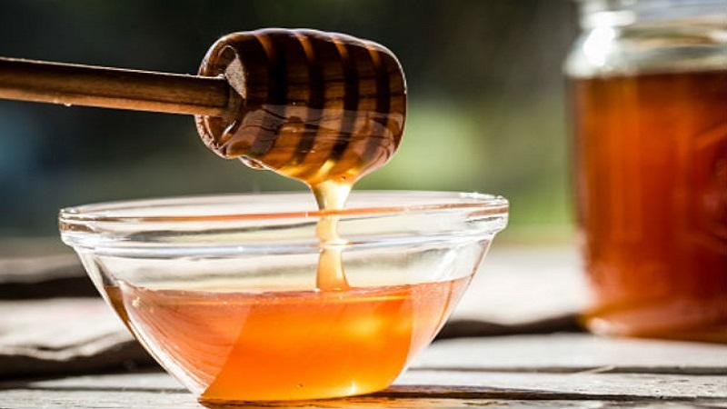 पावसाळ्यात खोकला झाला की मध, आलं खा.