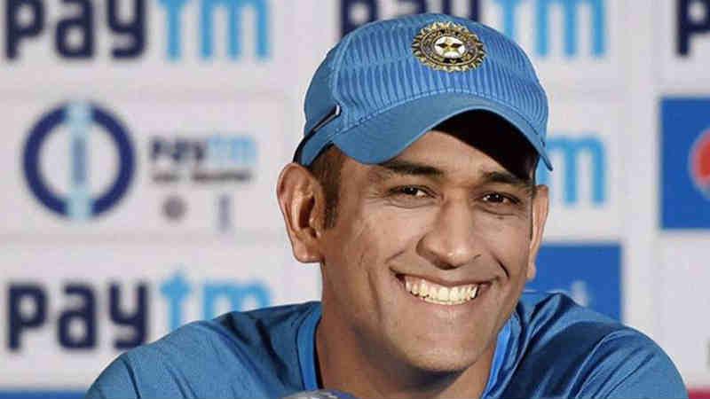 धोनीने आपल्या क्रिकेट करिअरमध्ये तोंडात भोट घालायला लावतील असे निर्णय घेतले आहेत. त्याच्या याच निर्णयांमुळे तो आज भारताचा यशस्वी कर्णधार म्हणून ओळखला जातो.