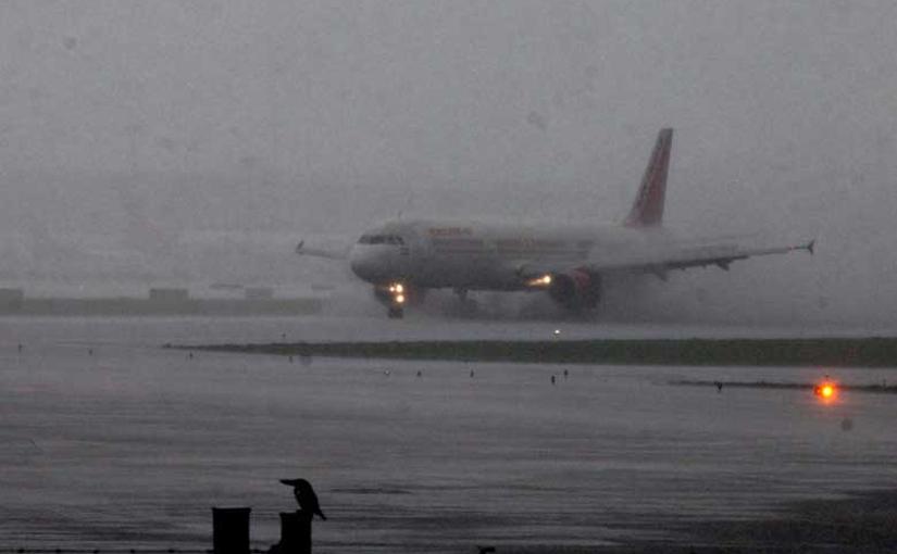 मुंबई विमानतळावर विमानाला अपघात टळला
