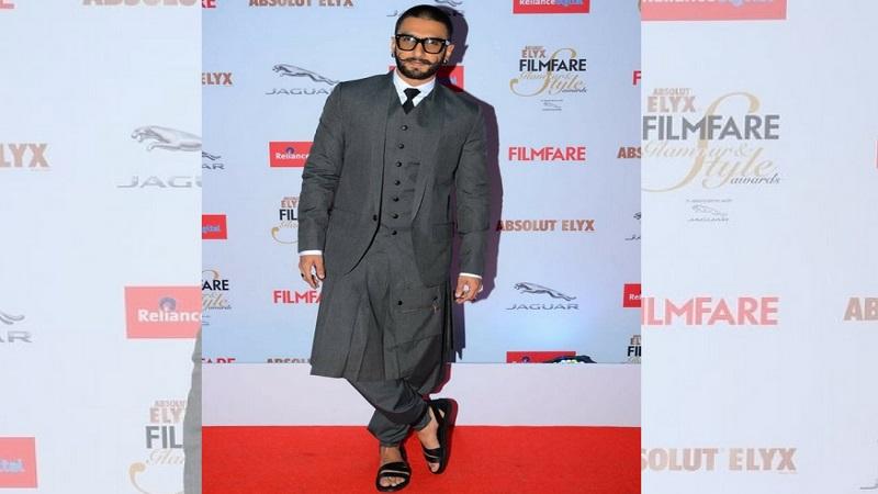 अभिनेता रणवीर सिंग म्हटलं की आठवते ती त्याची फॅशन. रणवीर तऱ्हेतऱ्हेचे पोशाख घालतो. चित्रविचित्र रंगांच्या पोशाखामुळे तो नेहमीच चर्चेचा विषय ठरलाय.