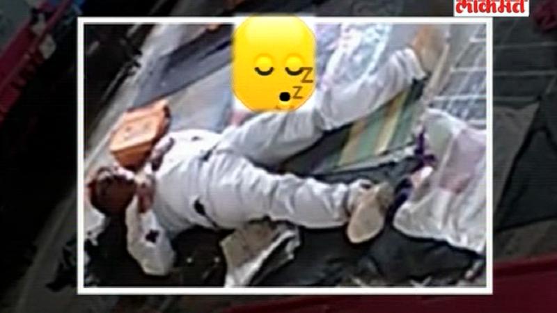 विद्यार्थ्यांना खेळायला पाठवून  झोपा काढणारे मास्तर कॅमेऱ्यात कैद, व्हिडिओ व्हायरल!