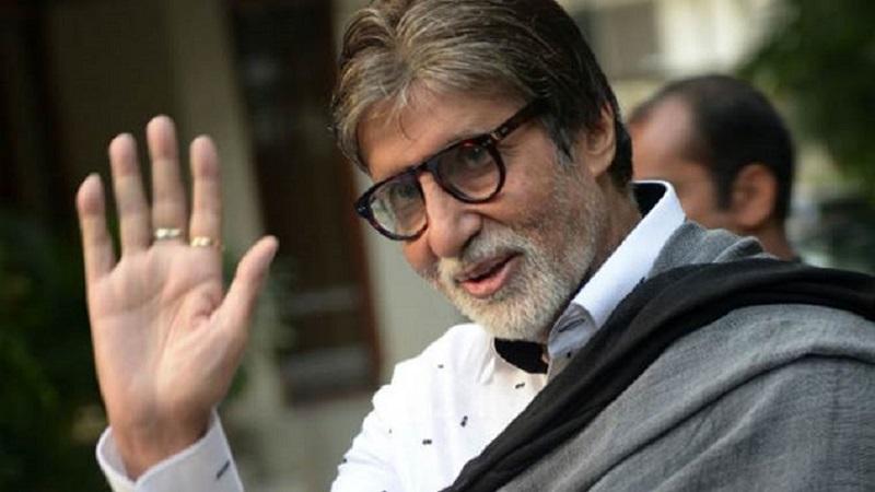 अमिताभ बच्चन यांनी 51 लाख रुपये केरळच्या मुख्यमंत्री मदत कोषात जमा केलेय. तसेच 6 कार्टन्स ज्यात 80 जॅकेट्स, 25 पॅट्स, 20 शर्ट्स आणि स्कार्फ्स दान केलेत.