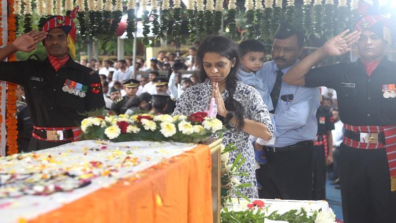 काश्मीर खोऱ्यात दहशतवाद्यांची घुसखोरी रोखताना मंगळवारी शहीद कौस्तुभ राणे यांना वीरमरण आले. काल ९ ऑगस्ट रोजी मिरो रोड येथे त्यांच्या पार्थिवावर शासकीय इतमामात अंतिम संस्कार करण्यात आले. ते २९ वर्षांचे होते.