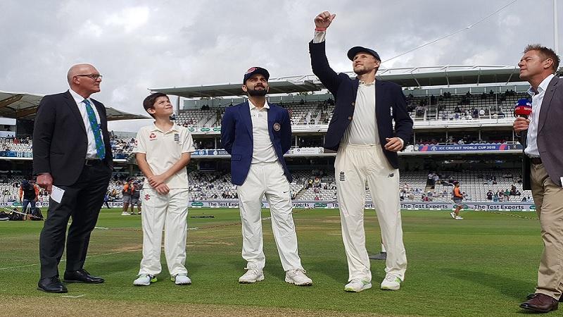 नाणेफेक हरल्यानंतर भारतीय संघाला पहिल्याच षटकात आपली विकेट गमवावी लागली.