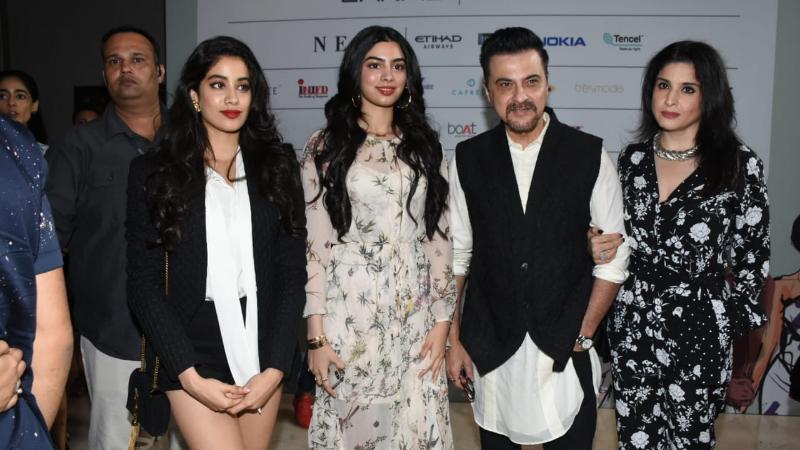 अभिनेता संजय कपूर आपल्या कुटुंबासोबत आला होता.