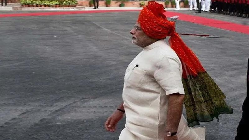 २०१४ मध्ये पंतप्रधान नरेंद्र मोदी यांनी लाल किल्ल्यावर पहिल्यांदा तिरंगा फडकावला होता. यावेळी मोदी यांनी लाल, हिरवा आणि पिवळ्या रंगाचा बांधणीचा फेटा घातला होता.