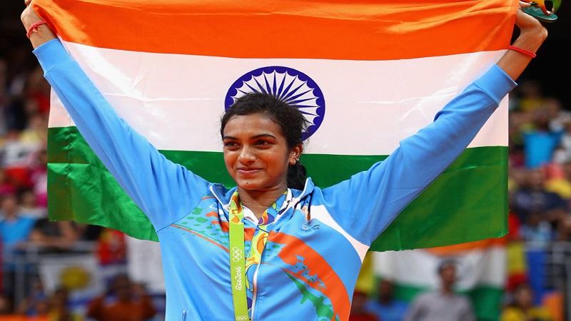 सध्या बॉलिवूड कलाकारांप्रमाणेच खेळाडूंचे देखील स्टारडम वाढले आहे. आता पीव्ही सिंधुचंच बोलायचं झालं तर, तिच्या रोमांचक खेळीचे चाहते आता फक्त कोर्टमध्येच नाही तर जगभर पसरले आहेत. भारताची स्टार शटलर पीव्ही सिंधुने 2016च्य़ा रियो ऑलंपिकमध्ये रौप्य पदक पटकावलं आहे. इतक्या मोठ्या स्टार खेळाडूची महिन्याची कमाई नेमकी किती असेल असा प्रश्न तुम्हाला नक्कीच पडला असेल, चला तर मग जाणून घेऊयात.