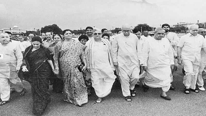 1996 मध्ये वाजपेयी प्रथम 13 दिवस पंतप्रधान होते. बहुमत सिद्ध होऊ न शकल्यामुळे त्यांना राजीनामा द्यावा लागला. 1998मध्ये ते दुसऱ्यांदा पंतप्रधान झाले. सहयोगींकडून पाठिंबा काढण्याच्या कारणास्तव ते 13 महिनेच कार्यरत राहिले.