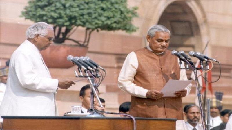 अटलबिहारी वाजपेयी पहिल्यांदा जेव्हा पंतप्रधान झाले तेव्हा त्यांचं सरकार फक्त 13 दिवस टिकलं होतं.