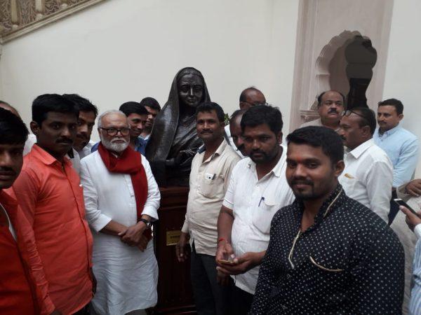 देशभरातले सर्वपक्षीय समर्थक दिल्लीत स्वागताला आले आहे.