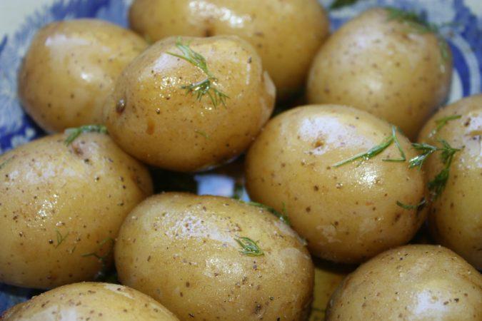 एकदा ठंड झालेला बटाटा परत गरम करुन खाणेही पोटासाठी चांगलं नाही.