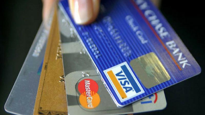 डेबिट आणि क्रेडिट कार्ड- बँकांच्या डेबिट आणि क्रेडिट कार्डसाठीदेखील पॅन कार्ड गरजेचे आहे.