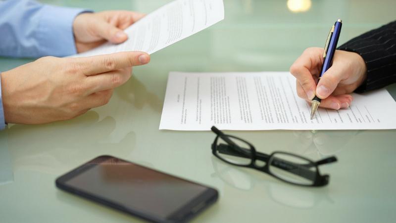 जर तुम्ही कर्ज घेण्यापूर्वी दोन्हीकडून जाणाऱ्या हफ्त्यांची तुलना केली तर तुम्हाला कळेल की, बँकेकडून गृहकर्ज घेणं जास्त सोयीस्कर आहे. एनबीएफसीमधून गृहकर्ज घेतलं तर कमी कागजपत्र द्यावी लागतात. मात्र त्यांचे व्याज दर बँकांपेक्षा जास्त असते.