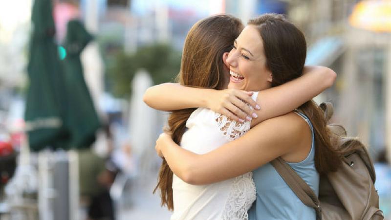 मिठी मारल्यावर मनातील भावना समोरच्या व्यक्तीला कळतात.