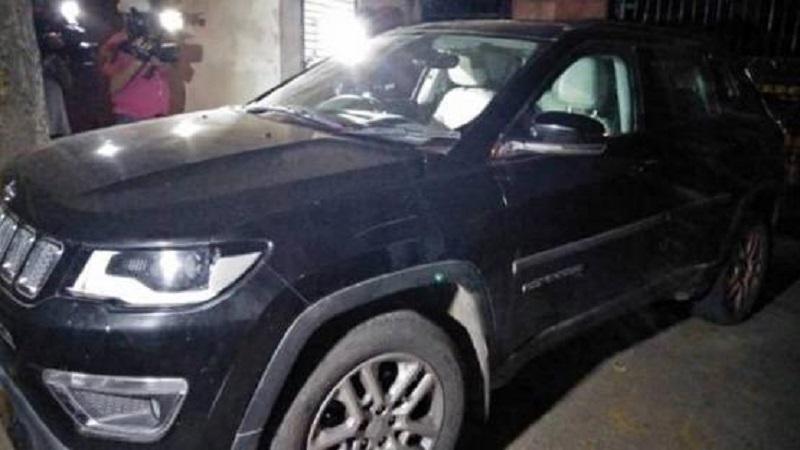 रात्री 9:15 मिनिटांनी दिल्ली पोलिसांनी शिवाजी स्टेडियमच्या दिशेने चुकीच्या बाजून एका कारला येताना पाहिलं. आणि ती गाडी थांबवण्यासाठी गाडीमागे काही लोक धावत होते.