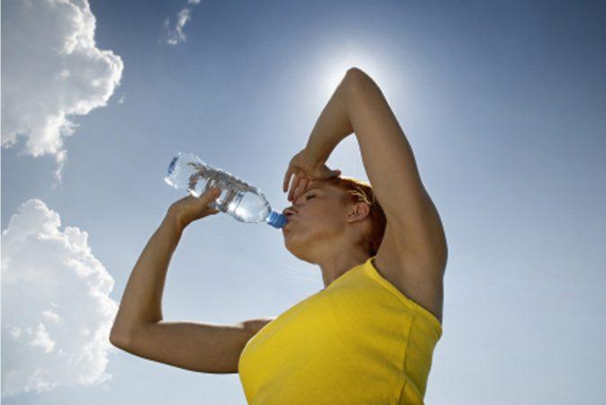 स्वतःला हाइड्रेट ठेवा, दिवसभरात जेवढं पाणी पिऊ शकाल तेवढं प्या.