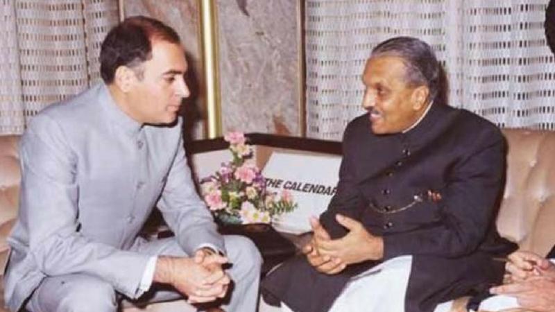 ३१ ऑक्टोबर १९८४ मध्ये आई इंदिरा गांधी यांच्या हत्येनंतर त्याच दिवशी ४० वर्षीय राजीव यांनी पंतप्रधान पदाची शपथ घेतली.