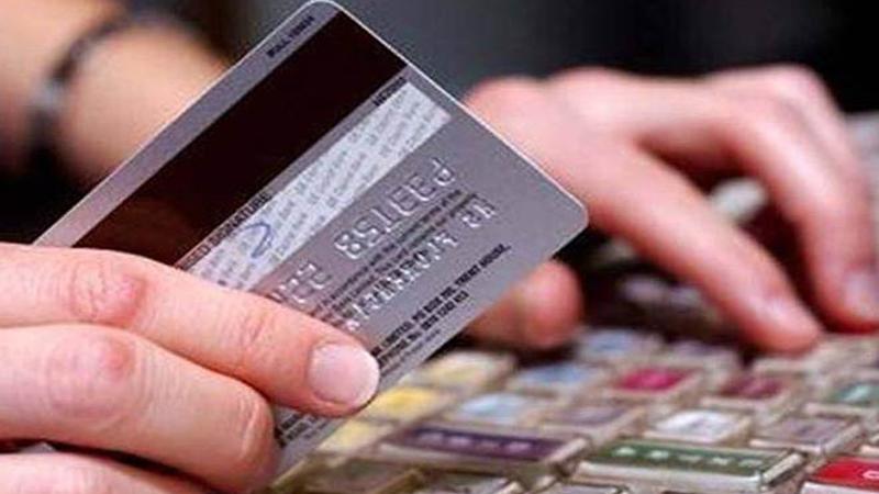 म्हणून जुने कार्ड बंद -  जुने एटीएम डेबिट कार्डमागे एक काळी पट्टी आहे. ही काळी पट्टी मॅग्नेटिक स्ट्रिप आहे. यात तुमच्या खात्याची संपूर्ण माहिती असते. एटीएममध्ये टाकल्यानंतर तुम्हाला पीन नंबर टाकावा लागतो त्यानंतर पैसे काढता येतात. खरेदी करण्यासाठीही हे कार्ड स्वाईप केले जाते.
