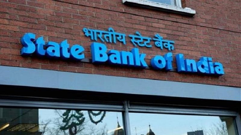 नवी दिल्ली, 11 आॅगस्ट : भारतीय स्टेट बँकेचं एटीएम तुम्ही वापरत असाल तर तुमच्यासाठी ही बातमी महत्त्वाची आहे. कारण एसबीआयने एटीएम कार्डसाठी महत्त्वाचे पाऊल उचलले आहे. एसबीआयने आपले जुने मॅजिस्ट्रिप म्हणजे मॅग्नेटिक डेबिट कार्ड बंद करण्याचा निर्णय घेतलाय. त्यामुळे ग्राहकांना आता नवीन ईएमवी चिप लावलेले डेबिट कार्ड घ्यावे लागणार आहे. याची अखेरची तारिख ही 31 डिसेंबर 2018 असणार आहे.