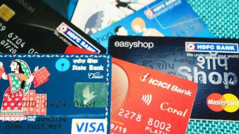 एटीएम कार्ड कोणालाही देऊ नका- तुमचे डेबिट कार्ड किंवा क्रेडिट कार्ड कोणालाही देऊ नका. तसेच या कार्डचे डिटेलही कोणासोबत शेअर करु नका. असे केल्यास तुमच्या अप्रत्यक्ष खात्यातून पैसे गहाळ होण्याची शक्यता अधिक असते.