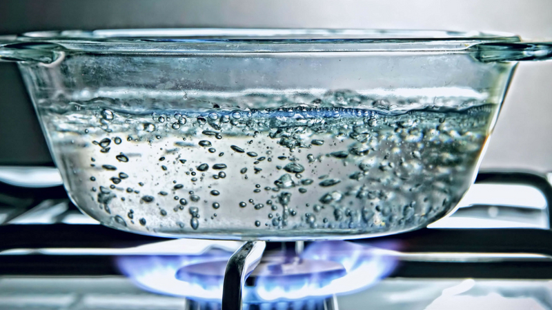 एका पॅनमध्ये पाणी उकळत ठेवा. त्यात किसलेले आलं टाका.