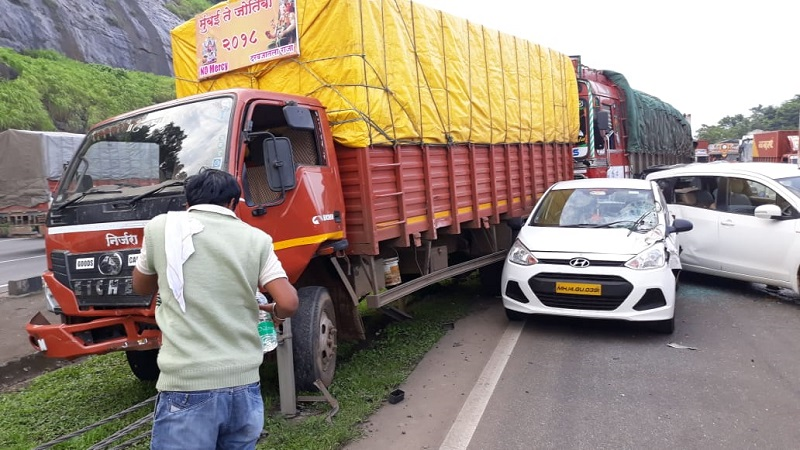 दोन्ही अपघातामध्ये एक किमीचे अतंर. 5 कार, 1 टेम्पो 4  ट्रक एकूण 10 गाड्यांचा अपघात झाला आहे.
