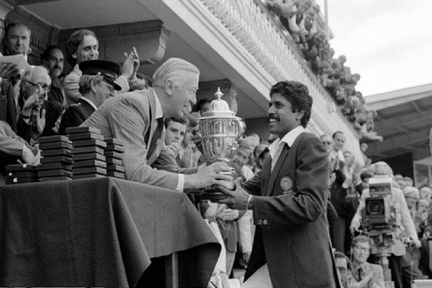 १९८३मध्ये भारतीय संघाने पहिला क्रिकेट विश्वचषक जिंकाला होता त्याची कथा या चित्रपटात दाखवण्यात येणार आहे. यामध्ये रणवीर सिंगने कपिल देवची भूमिका साकारली आहे.