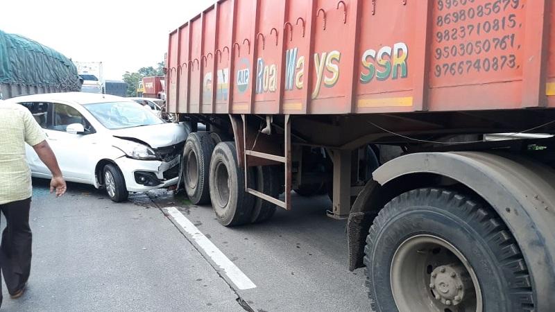 ट्रकने कंटेनरला पाठीमागून धडक दिल्याने ट्रक चालक अडकला.